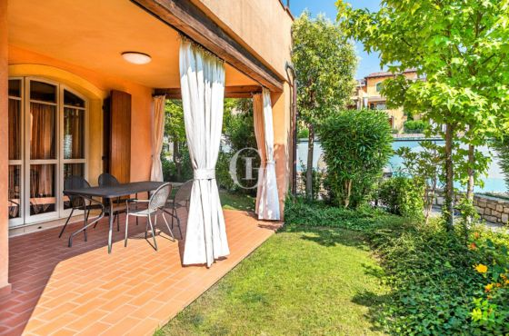 APARTMENT WHIT GARDEN AND POOL