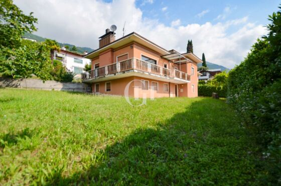 Villa with large garden overlooking the lake