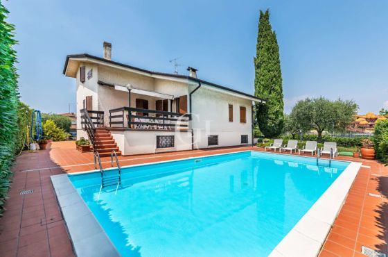 Villa with pool and private park