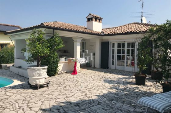 Exclusive single villa with lake view and pool
